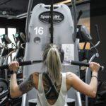 Fitness trainieren am Kraftgerät